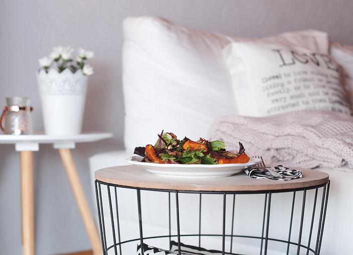 Salat Herbstsalat Kürbis Kürbisspalten Champignons Bacon-Chips Ernstings Family Tisch Beistelltisch Lampe