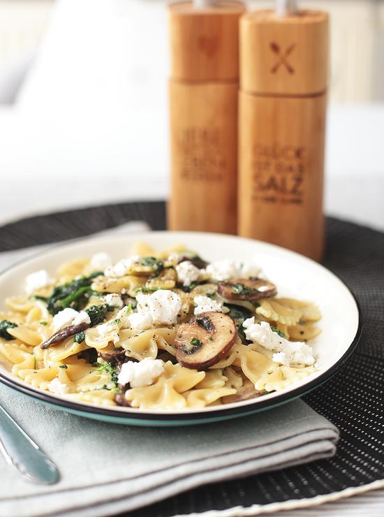 Pasta Farfalle Spinat, Champignons, Ziegenkäse vegetarisch