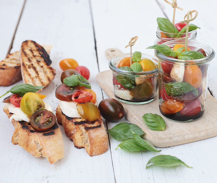 Tomate-Mozzarella mit Balsamico Carprese im Glas Basilikum Baguette