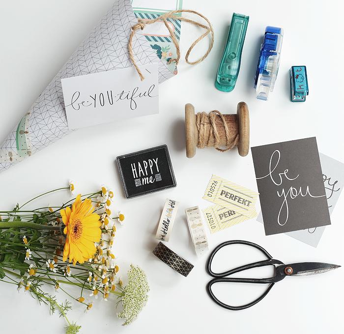 Blumen als Mitbringsel Geschenk einfach und hübsch verpackt