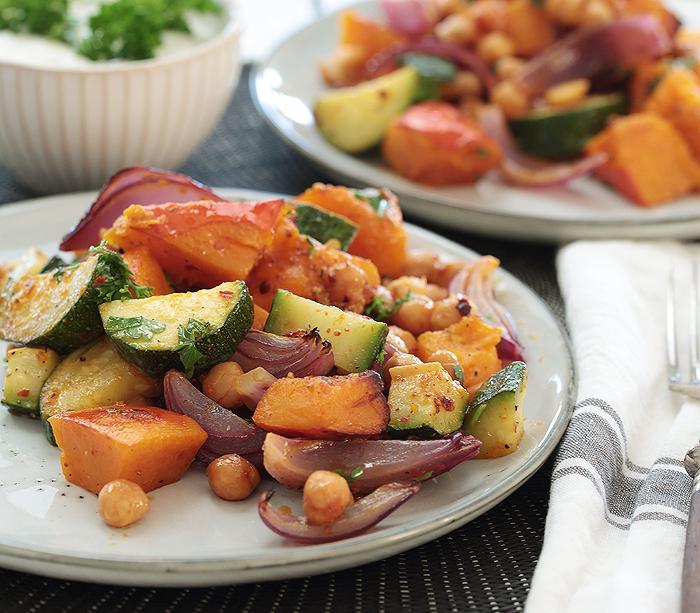 Ofenkürbis mit Zucchini, roten Zwiebeln und gebackenen Kichererbsen | vegetarisch