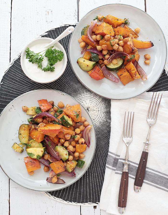 Ofenkürbis mit Zucchini, roten Zwiebeln und gebackenen Kichererbsen vegetarisch