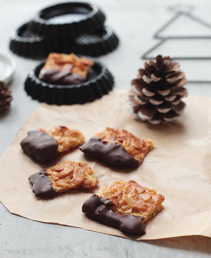 Weihnachtsplätzchen Florentiner mit Schokolade und Mandeln