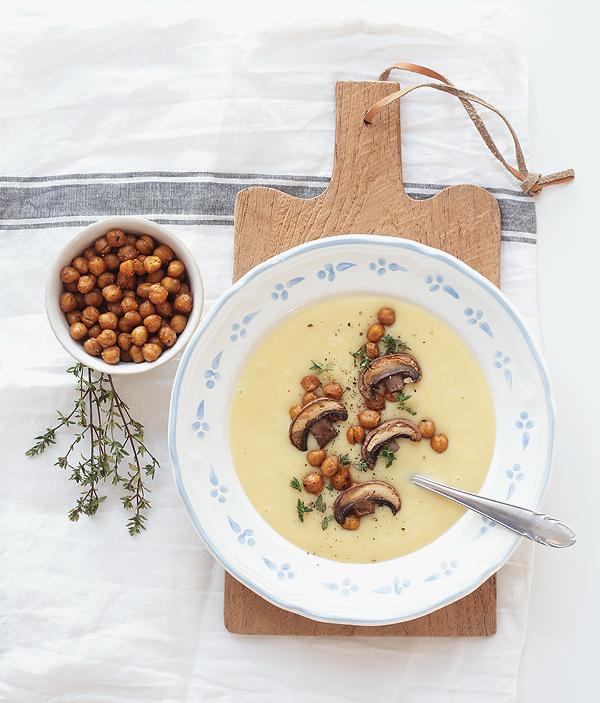 Wintersuppe mit Pilzen und gerösteten Kichererbsen Kartoffelsuppe