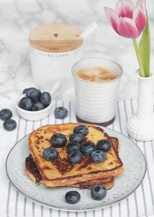French Toast mit Blaubeeren und Honig Frühstück