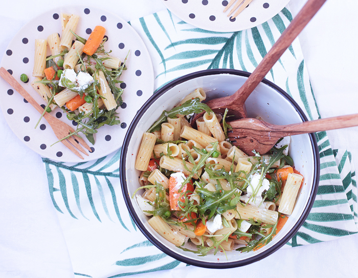 Bunter Nudelsalat mit Erbsen, Möhren und Rucola Ziegenfrischkäse