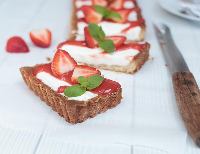 Schmandtarte mit Erdbeer-Rhabarber-Soße Tarte Schmand Creme
