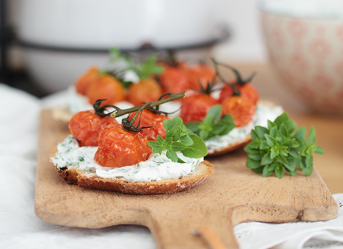 Stullenliebe: Frischer Kräuterquark mit geschmelzten Tomaten Serra Leonardo