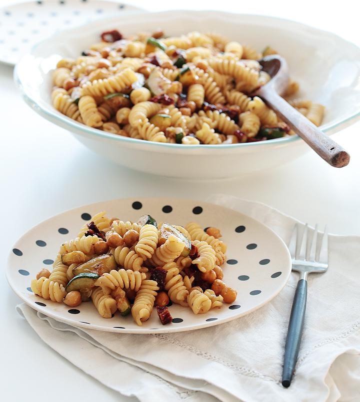 Nudelsalat mit Kichererbsen, Zucchini und getrockneten Tomaten