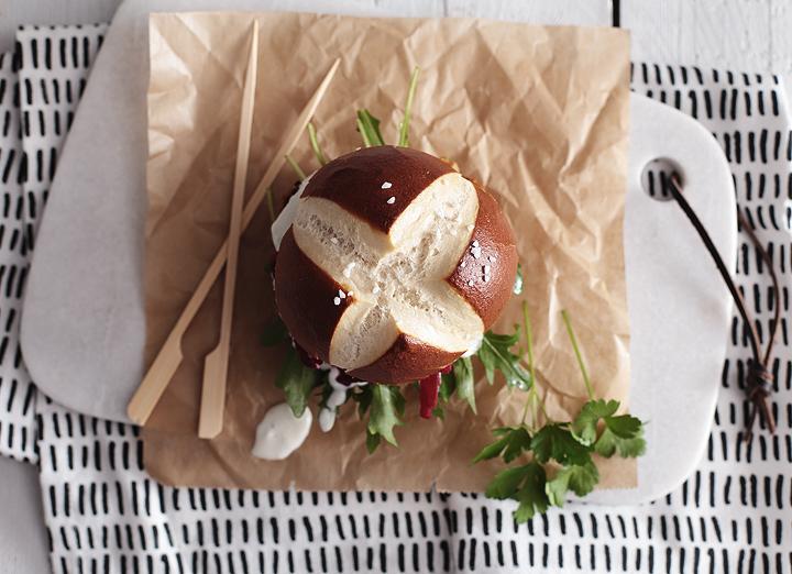 Kichererbsen-Blumenkohl-Burger mit Roter Bete und Joghurtsoße