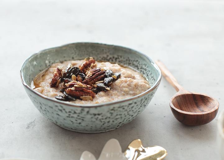 Porridge mit Zimt und Kardamom & Salzkaramellnüssen